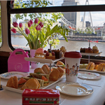 Tea time en bus vintage, l'incroyable tour de Londres lancé par BB Bakery