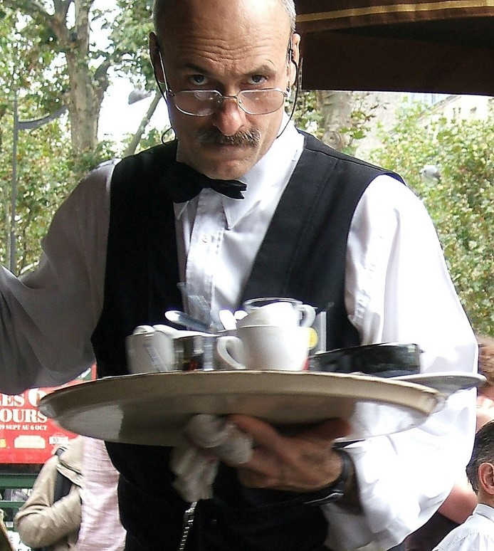 A waiter parisien taking himself too seriously