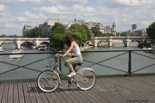 Cycling along the Pont Des Arts: the idyllic image that won my heart